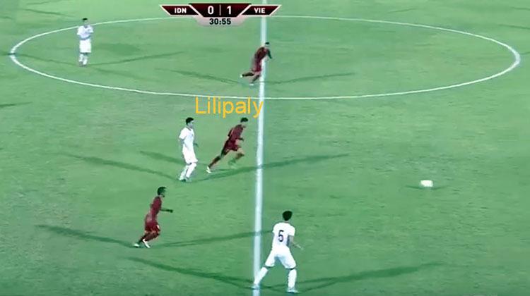 Lilipaly cùng 2 cầu thủ Indonesia dâng cao gây sức ép lên hàng thủ Việt Nam, sau đường trả bóng về của Văn Hậu.