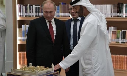 Thái tử UAE Mohammed bin Zayed Al Nahyan giới thiệu món quà là mô hình cung điện Emirates mạ vàng với Tổng thống Putin hôm 15/10. Ảnh: RT.