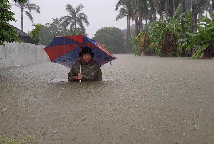 Người dân phường Đông Vĩnh (TP Vinh) lỗi bì bõm về nhà. Ảnh: Nguyễn Hải.
