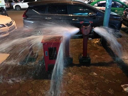Trụ nước cứu hỏa được mở xả để thau rửa đường ống. Ảnh: Gia Chính