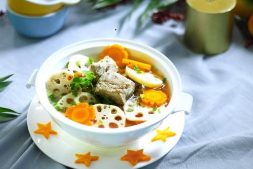 Canh củ sen hầm giò heo dễ ăn và bổ dưỡng.
