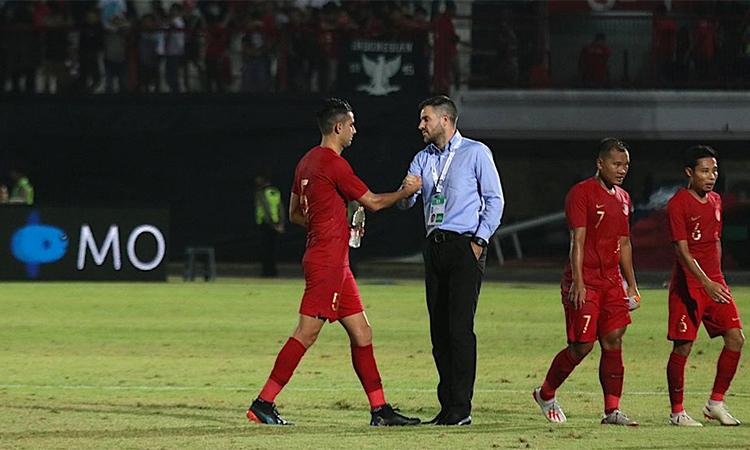 HLV McMenemy tỏ vẻ mệt mỏi khi bắt tay động viên các học trò sau trận thua Việt Nam. Ảnh: Bola.