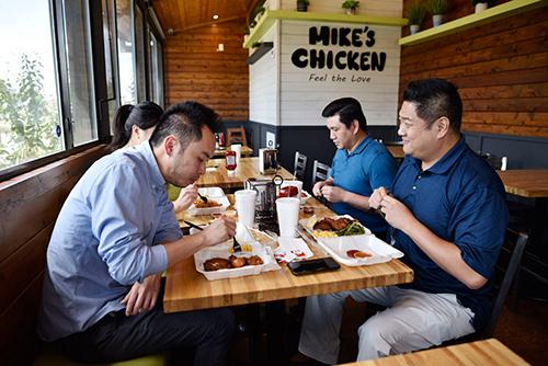 Một nhóm khách quen từ Los Angeles luôn ghé Mikes Chicken mỗi khi đến Dallas công tác. Ảnh: Dallas News