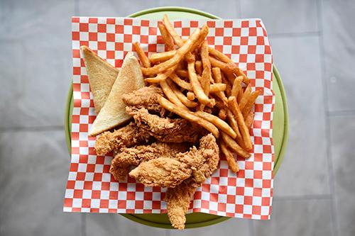 Một suất gà rán, bánh mỳ và khoai tây chiên ởMikes Chicken. Ảnh: Dallas News