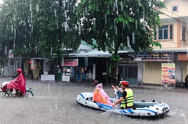 Tại đường Đinh Công Tráng một số người đưa thuyền ra chèo trên phố. Ảnh: Thắng Nguyễn.