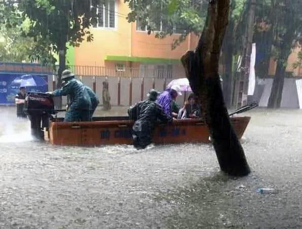 Công an dùng xuồng cứu hộ để hỗ trợ người dân tại một số điểm ngập sâu.
