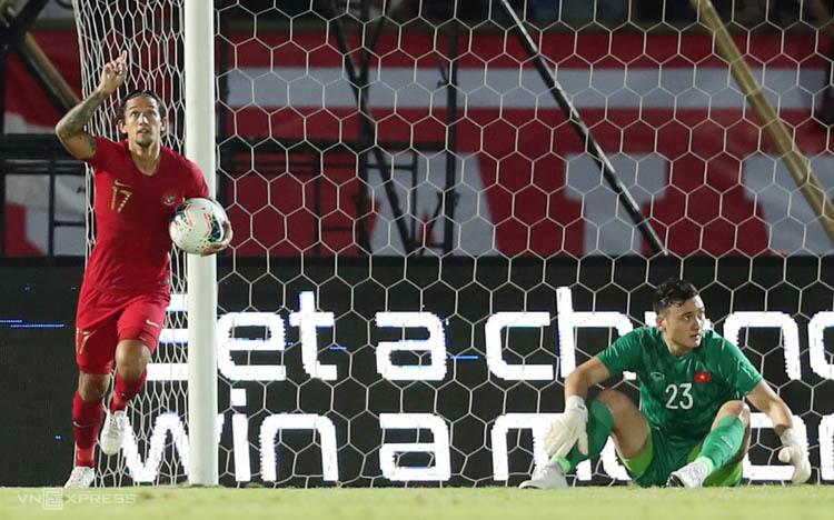 Irfan Bachdim ăn mừng bàn thắng rút ngắn cách biệt xuống còn 1-3. Ảnh: Đức Đồng