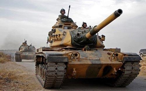 Binh sĩ Thổ Nhĩ Kỳ lái xe tăng M60 do Mỹ sản xuất hướng tới thị trấn Tukhar, miền bắc Syria hôm 14/10. Ảnh: AFP.