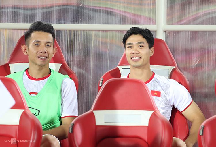 Công Phượng (phải) trên băng ghế dự bị cùng Hồng Duy, ởtrận đấu với Indonesia. Ảnh:Đức Đồng.