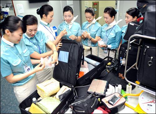 Tiếp viên hàng không Korean Air làm việc tại Sân bay Quốc tế Incheon ở thủ đô Seoul vào tháng 7/2008. Ảnh: Korea Times.