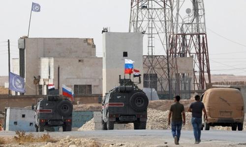 Xe quân sự của Nga và Syria tại Manbij, Syria ngày 15/10. Ảnh: Reuters.