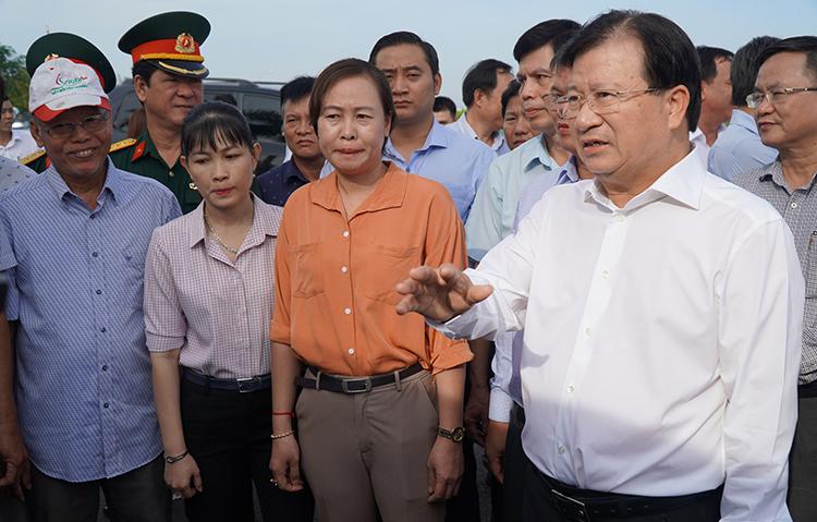 Phó thủ tướng Trịnh Đình Dũng thị sát ở khu vực xây dựng Khu tái định cư Lộc An - Bình Sơn. Ảnh: Phước Tuấn