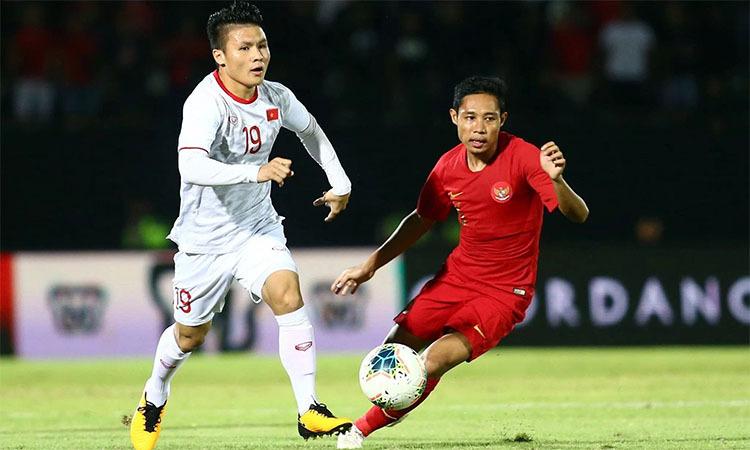 Quang Hải (trái) đi bóng vượt qua cầu thủ Indonesia. Ảnh: Lâm Đồng.