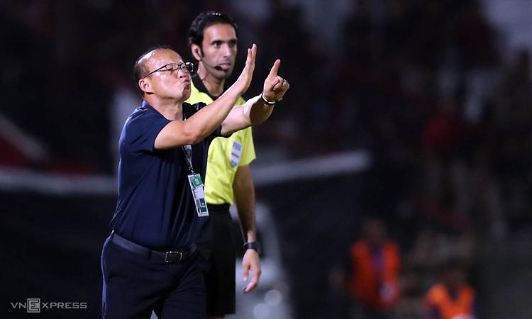 HLV Park Hang-seo chỉ đạo các cầu thủ trong trận thắng Indonesia ở Bali tối 15/10. Ảnh: Đức Đồng.