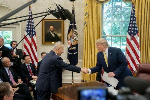 Tổng thống Mỹ Donald Trump bắt tay với Phó Thủ tướng Trung Quốc Lưu Hạc tại Phòng Bầu dục hôm 11/10. Ảnh: Bloomberg.