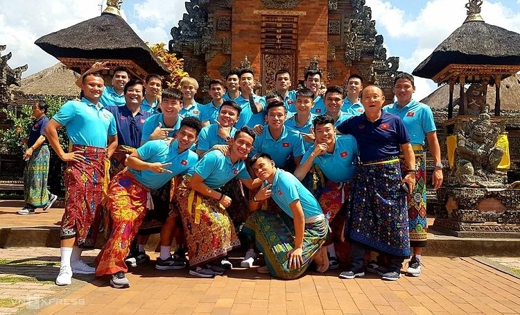 Đội tuyển Việt Nam chụp ảnh kỷ niệm ở đảo Bali. Ảnh: Đức Đồng.