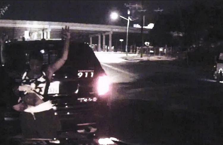 Camera gắn trên mui xe cảnh sát ghi lại sự việc. Ảnh: Law Offices of Dean Malone, P.C.