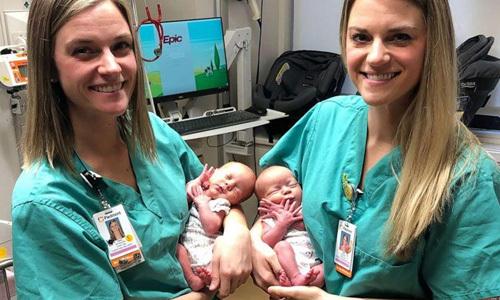 Hai y tá Tori Howard và Tara Drinkard đỡ đẻ cho cặp song sinh Addison và Emma Williams hôm 25/9. Ảnh: Piedmont Athens.