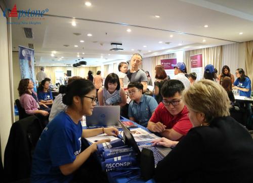 Triển lãm do Capstone Việt Nam thu hút sự quan tâm của nhiều phụ huynh và học sinh.
