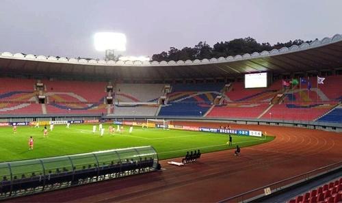 Sân vận động Kim Nhật Thành ở Bình Nhưỡng vắng bóng khán giả trong trận đấu ngày 15/10. Ảnh: KFA.