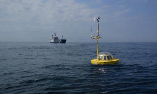 Tàu thăm dò MS Fyrbyggaren tiếp cận một phao ODAB. Ảnh: Eurogoos.