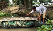 Nông dân làm bè vượt sông bằng vỏ chai nhựa