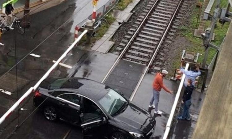 Tài xế (mặc áo cam) là một du khách, đã may mắn không gặp tai nạn do sai lầm của mình. Ảnh: Berner Zeitung