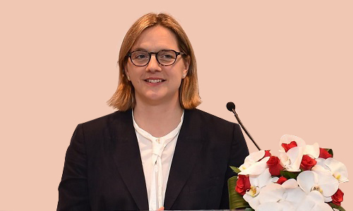 Bà Francesca Woodward - Tổng giám đốc điều hành của Hội đồng Khảo thí tiếng Anh Cambridge.
