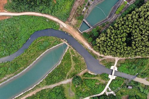Dòng nước bị nhiễm bẩn chảy vào trạm bơm của Nhà máy nước sạch Sông Đà. Ảnh: Bá Đô.