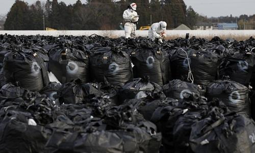 Túi đựng chất thải nhiễm phóng xạ tại một địa điểm lưu trữ tạm thời ở thị trấn Tomioka, tỉnhFukushima, Nhật Bản hồi tháng 2/2015. Ảnh: Reuters.
