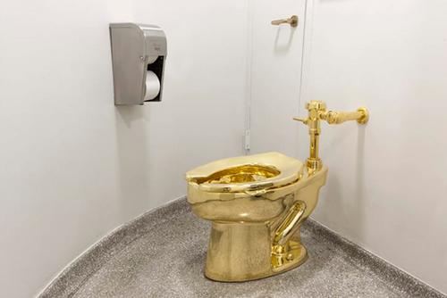 Chiếc toilet vàng trước khi bị trộm khỏi cung điện Blenheim, ở Woodstock, phía tây bắc Oxford, Anh hôm 14/9. Ảnh: Maurizio Cattelan Archive