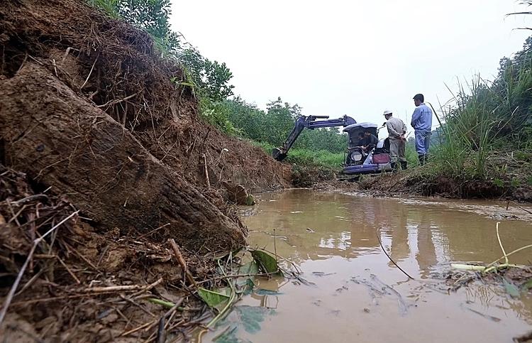 Máy xúc dọn dầu thải đầu nguồn nhà máy nước sông Đà