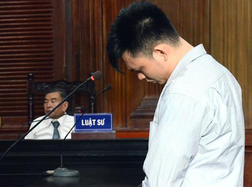 Bị cáo Hiếu luôn cuối đầu trong suốt phiên xử. Ảnh: Bình Nguyên.