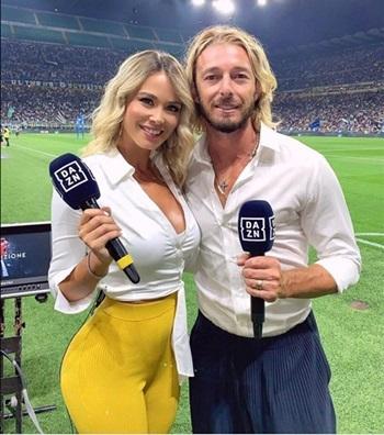 Diletta Leotta trong trang phục gợi cảm bên một nam đồng nghiệp trên sân bóng hồi tháng 9. Ảnh: Facebook/Caterina Collovati.
