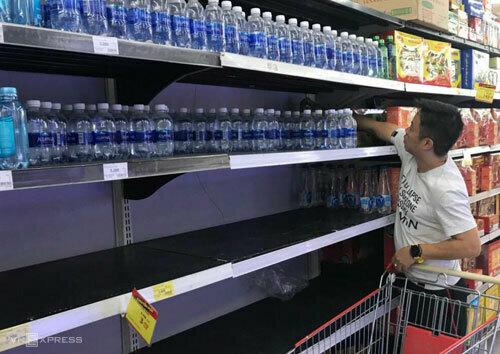 Nhiều gia đình phải mua nước đóng chai để sử dụnghàng ngày. Ảnh: Ngọc Thành
