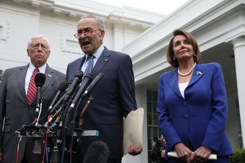 Chuck Schumer (giữa), lãnh đạo phe đa số ở Thượng viện Mỹ, phát biểu trước báo giới cùng với Steny Hoyer (trái), lãnh đạo phe đa số ở Hạ viện, và Nancy Pelosi, Chủ tịch Hạ viện, sau cuộc họp với Tổng thống Donald Trump hôm 16/10. Ảnh: Reuters.