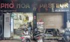 Phở Hoà Pasteur ở Sài Gòn bị tạt mắm tôm, vì sao chậm xử lý?