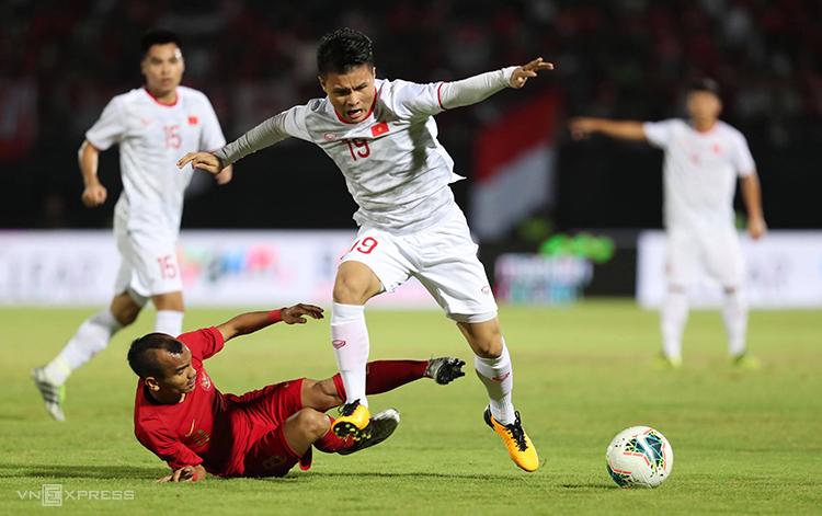 Quang Hải đi bóng trong sự truy cản của cầu thủ Indonesia, trong trận đấu hôm 15/10 ở vòng loại World Cup 2022. Ảnh: Đức Đồng.