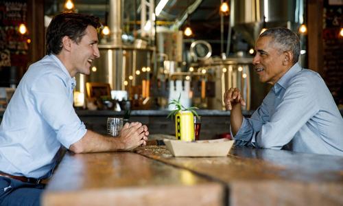 Barack Obama (phải) gặp Justin Trudeau tại nhà máy bia Big Rig ở tỉnh Ontario, Canada hôm 31/5. Ảnh: Reuters.