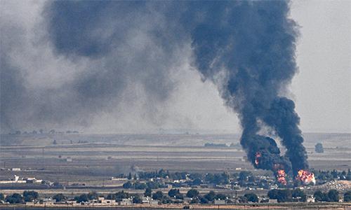 Khói bốc lên từ thị trấn Ras al-Ain, Syria sau khi Thổ Nhĩ Kỳ tấn công ngày 17/10. Ảnh: AFP.