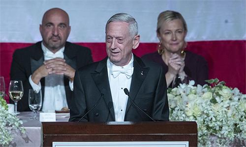 Cựu Bộ trưởng Quốc phòng Mỹ James Mattis phát biểu tại buổi tiệc ở New York tối 17/10. Ảnh: AP.