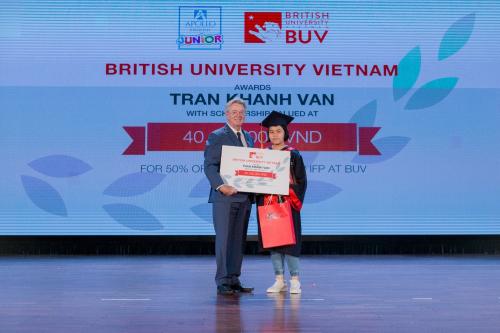 Ông Ray Gordon, hiệu trưởng trường Đại học Anh quốc Việt Nam (BUV) trao tặng học bổng 50% cho Trần Khánh Vân, học viên đạt điểm thi tuyệt đối 150/150 KET.