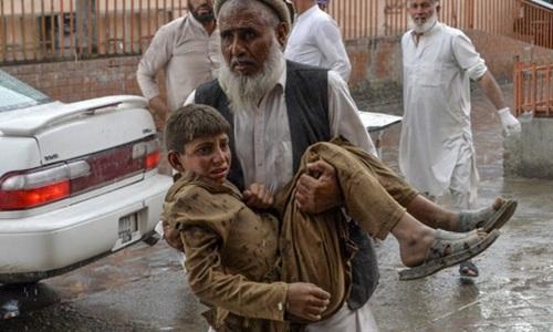 Nạn nhân của vụ đánh bom được chuyển tới bệnh viện Haska Mina, tỉnh Nangarhar, Afghanistan hôm nay. Ảnh: AFP.