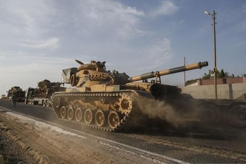 Xe tăng của quân đội Thổ Nhĩ Kỳ trên một con đường tại tỉnh Sanliurfa, gần biên giới với Syria, ngày 14/10. Ảnh: AP.