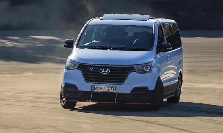 iMax N là một chiếc van với 8 chỗ, động cơ V6 tăng áp turbin kép và khả năng drift như xe đua. Ảnh: Hyundai