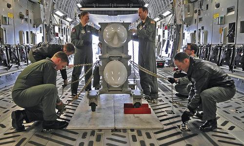 Binh sĩ PNAF diễn tập vận chuyển bom hạt nhân B83 tại Mỹ đầu năm 2019.