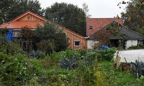 Trang trại nơi gia đình 7 người được phát hiện sống dưới tầng hầm ở làng Ruinerwold, Hà Lan. Ảnh: Reuters