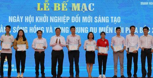 Ban tổ chức trao chứng nhận cho các đội tham gia chung kết. Ảnh: Văn Nguyên