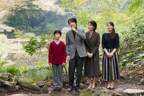 Thái tử Akishino và vợ ông, Công nương Kiko, chụp hìnhtrong khu vườn cùng các con, gồm Hoàng tử Hisahito và Công chúa Mako tại cung điện Akasaka ở Tokyo, Nhật Bản tháng 11/2017. Ảnh: Reuters.