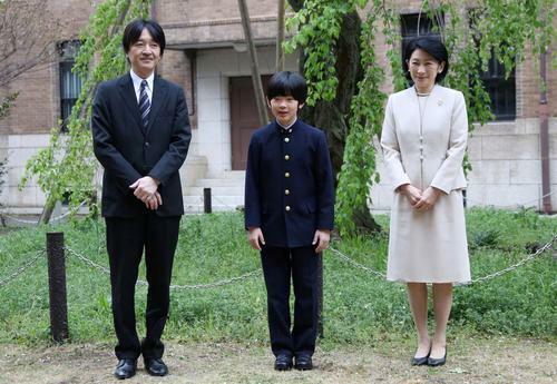 Hoàng tử Hisahito cùng cha mẹ cậu, Thái tử Akishino và Công nương Kiko, chụp hình trước khi tham dự lễ khai giảng tại trường trung học thuộc Đại học Ochanomizu ở Tokyo, Nhật Bản hôm 8/4. Ảnh: Reuters.